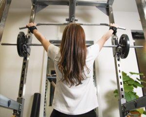 筋力トレーニングしている女性