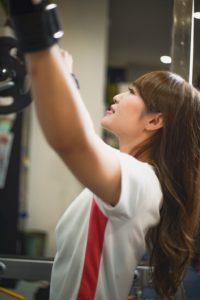 パーソナルトレーニングしている女性