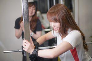 ペアトレーニングしている女性
